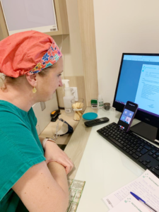 médica em frente ao computador para otimizar os processos assistenciais